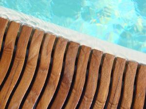 TWIN TEAK fa mintású folyókarács, feszített víztükrű medencék vályúinak letakarására