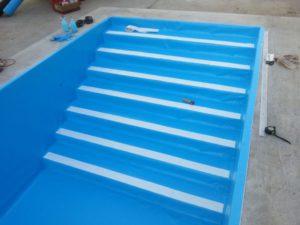 Fólia burkolatos medence belépőlépcső, fehér csúszásmentes járófelülettel