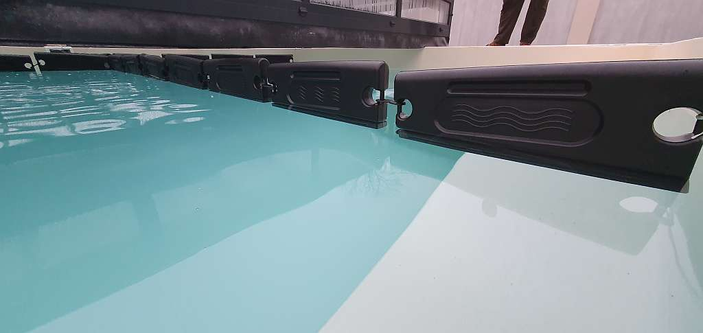 Új építésú privát homokszínű fóliaburkolatú úszómedence, téliesítése, fagytestek elhelyezésével