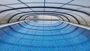 Kék mozaikmintás Perzsa Blue Alkorplan medencefóliával burkolt, feszített víztükrű medence, PH/Rx automata vegyszeradagoló biztosítja a megfelelő vegyszerezést, a fedés Polikarbonátos medencefedéssel van ellátva
